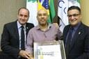 Vereadores Jeferson Brayner (PRB) e o Presidente da Casa, Beni Rodrigues (PSB) entregando a placa de honra ao Vice-Presidente da APAE, Otávio Araújo