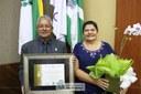 Vereador João Sabino (Patriota) e sua homenageada, Elaine Pereira Machado
