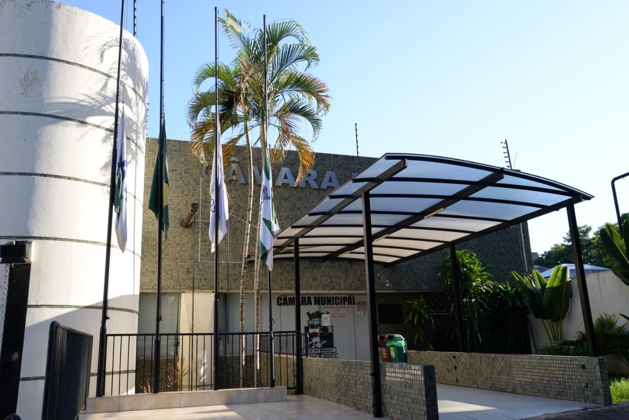 Em respeito ao luto oficial, bandeira na sede da câmara necessária hasteada no meio mastro