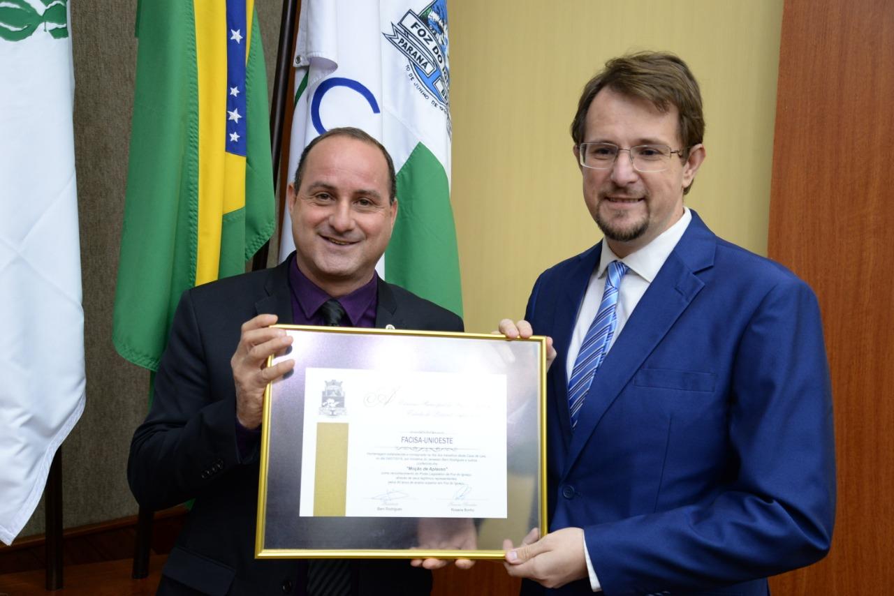 Pioneira no ensino superior em Foz, Unioeste recebe homenagem da Câmara Municipal